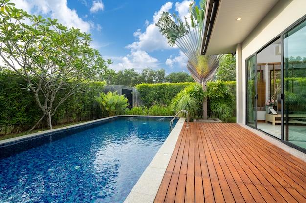 Swimmingpool und decking im garten des luxushauses Premium Fotos