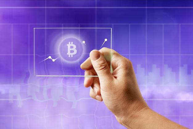 Symbol bitcoin auf einem glasbildschirm mit einem diagramm der kryptowährung auf einem ultravioletten hintergrund. das finanz- und technologiekonzept kann für video- oder site-cover verwendet werden Premium Fotos