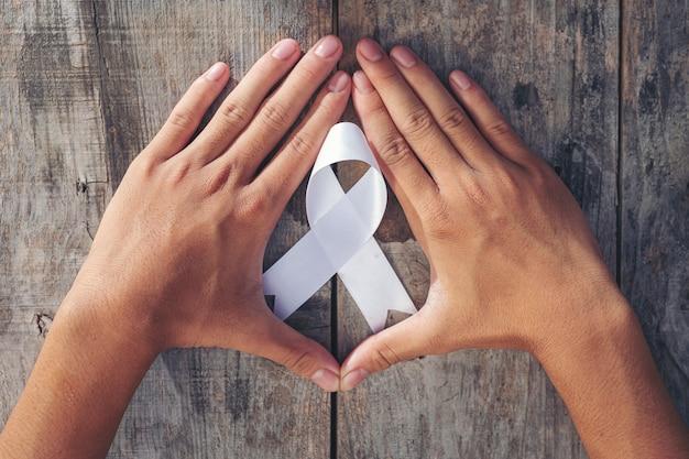 Symbol des friedens des weißen bandes internationaler tag der gewaltlosigkeit. Kostenlose Fotos