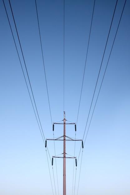 Symmetrische elektrische leitungen mastkabel blauer himmel Premium Fotos