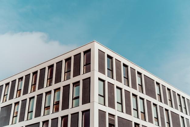 Symmetrischer schuss des niedrigen winkels der alten architektur mit dem schönen blauen himmel im hintergrund Kostenlose Fotos