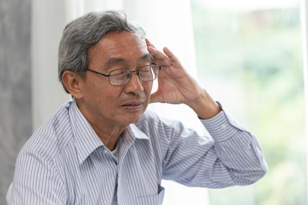 Symptom einer älteren kopfschmerzkrankheit durch brillentragen. Premium Fotos