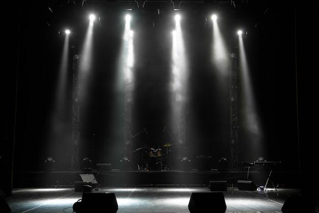 Szene, bühnenlicht mit farbigen scheinwerfern und rauch Premium Fotos