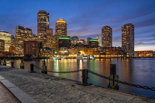 Szene von boston-skylinen vom fan pier zur fantastischen dämmerungszeit mit glattem wasserfluß Premium Fotos