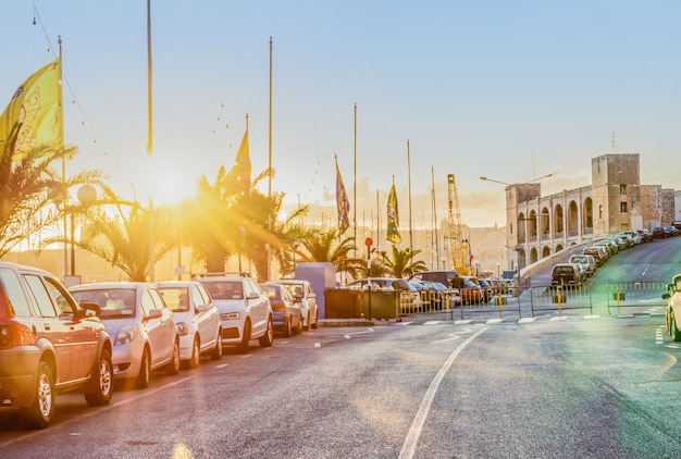 Szenische ansicht der abendstraße von kalkara malta in den strahlen des sonnenuntergangs Premium Fotos