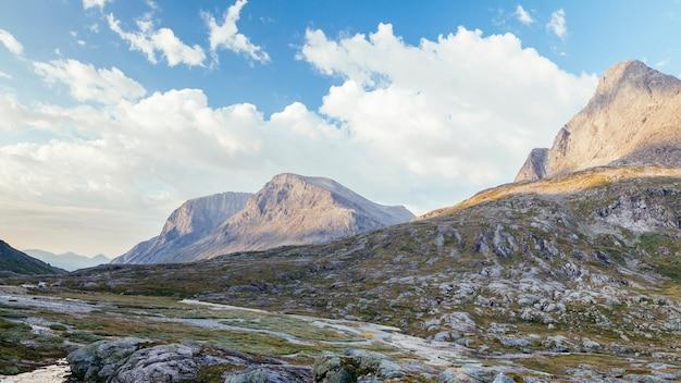 Szenische ansicht der felsigen gebirgslandschaft mit blauem himmel und wolke Kostenlose Fotos