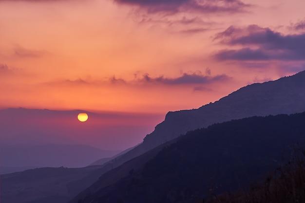 Szenische ansicht des erstaunlichen rosa-gelben sonnenuntergangs in den sizilianischen bergen mit cloudscape Premium Fotos