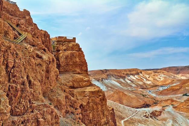 Szenische ansicht des masada bergs in der judean wüste nahe totem meer, israel. Premium Fotos