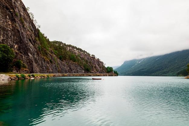 Szenische ansicht von idyllischem see mit berg Kostenlose Fotos