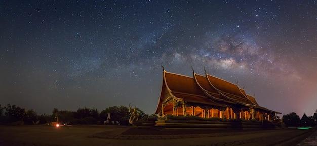 Szenische ansicht von wat sirindhornwararam ubon ratchathani, thailand. Premium Fotos