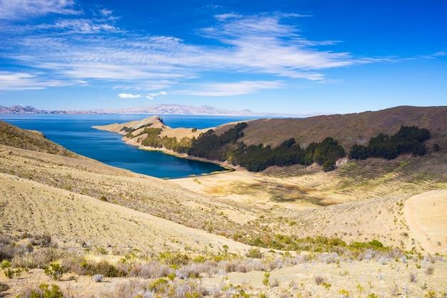 Szenische drastische landschaft auf insel der sonne, titicaca see, unter dem landschaftlich schönsten reiseziel in bolivien. Premium Fotos