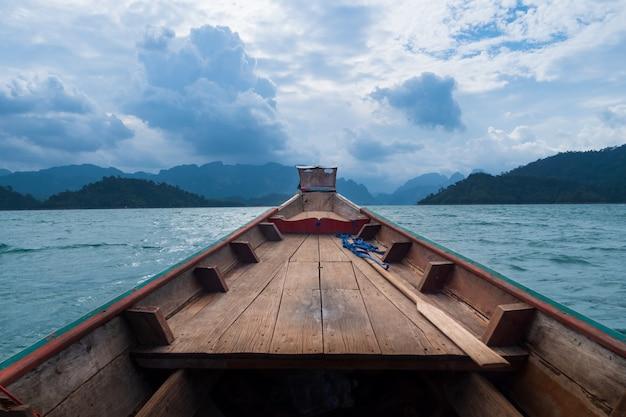 Szenische landschaft der bootsansicht in die große fluss- und reservoirverdammung mit berg- und naturwald Premium Fotos