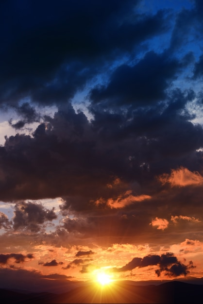 Szenische sonnenuntergang vertikal Kostenlose Fotos