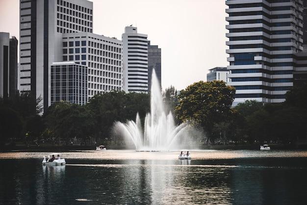 Szenischer Stadtpark in einem Geschäftsviertel Kostenlose Fotos