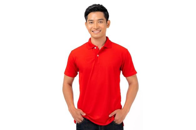 T-shirt design, junger mann im roten hemd lokalisiert auf weiß Premium Fotos