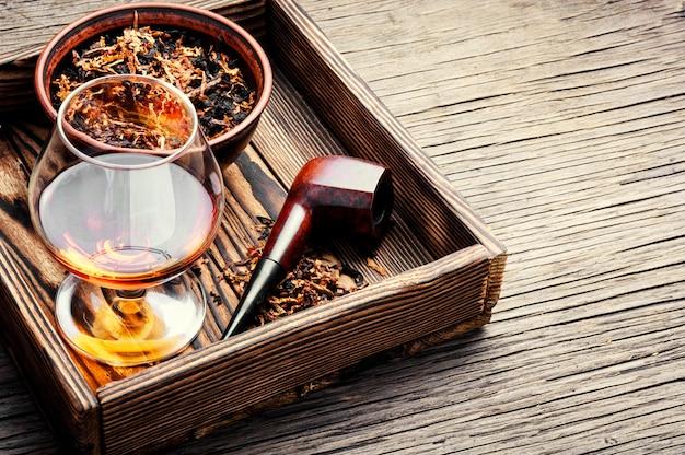 Tabakpfeife und whisky Premium Fotos