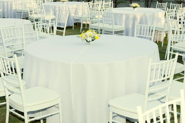 Tabelle im freien am hochzeitsempfang Premium Fotos