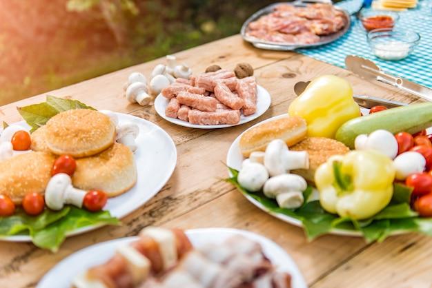 Tabelle mit dem essen und getränk bereit zur grillparty Premium Fotos