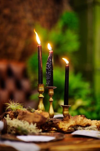 Tabelle stellte mit kerzen für hochzeitsempfang oder weihnachts- / neujahrsfest ein Premium Fotos