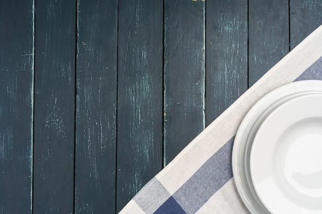 Tabelleneinrichtung mit platten auf dunkler holzoberfläche Premium Fotos