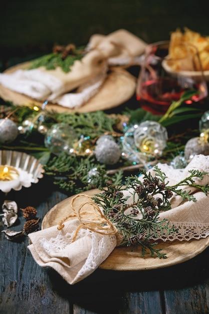 Tabelleneinstellung des weihnachten oder des neuen jahres Premium Fotos