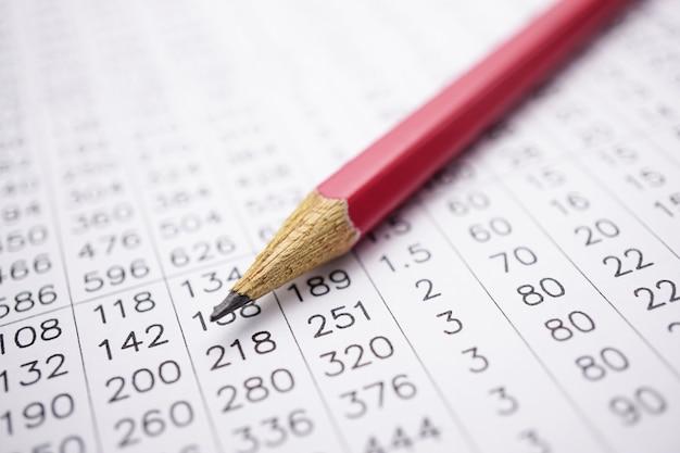 Tabellenkalkulation tischpapier mit bleistift. Premium Fotos