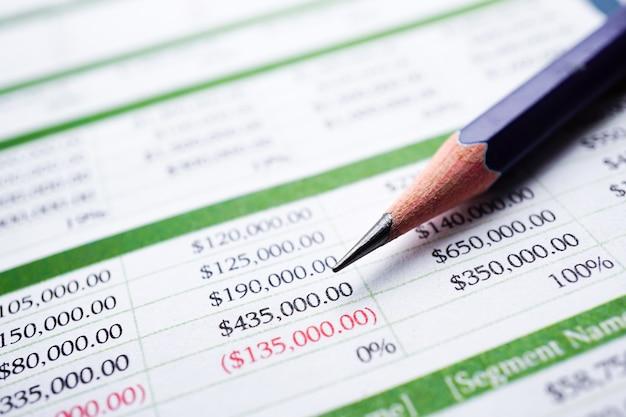 Tabellenkalkulationstabelle finanzentwicklung, konto, statistiken investment analytic. Premium Fotos