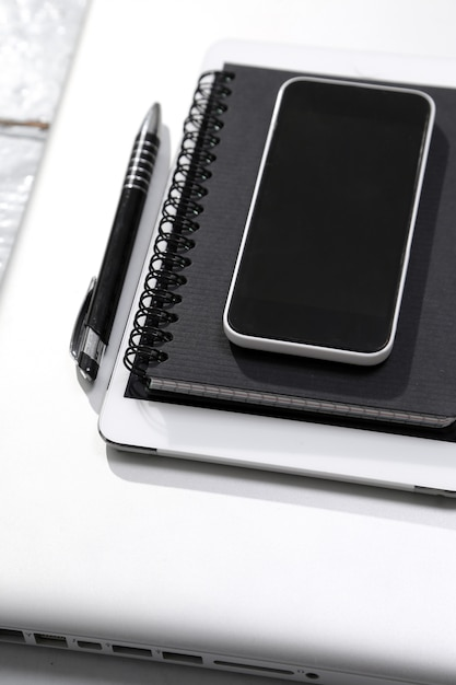 Tablet, computer, smartphone, notizblock und stift auf dem tisch Kostenlose Fotos