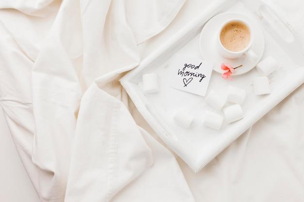 Tablett mit kaffee im bett Kostenlose Fotos