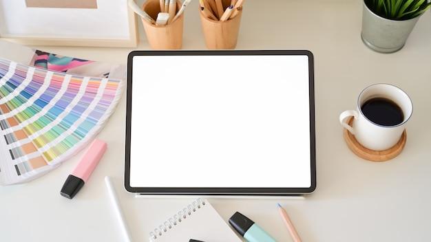 Tablette des leeren bildschirms auf dem desktop im grafikdesignstudio Premium Fotos