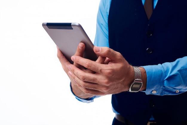 Tablette in den händen eines mannes Premium Fotos