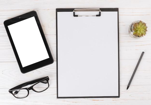 Tablette mit leerem Klemmbrett auf Tabelle Kostenlose Fotos