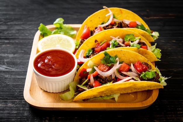 Tacos mit fleisch und gemüse Premium Fotos