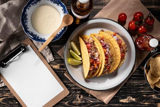 Tacos mit gemüse und fleisch flach liegen Kostenlose Fotos