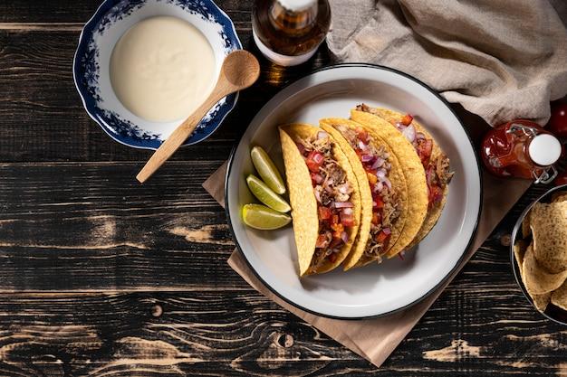 Tacos mit gemüse und fleisch über der ansicht Kostenlose Fotos