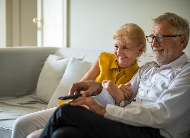 Tägliches lebensstil-glück des älteren paares Premium Fotos