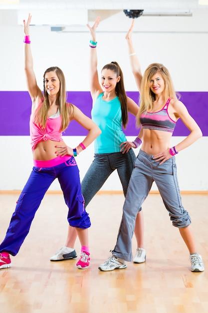 Tänzer am zumba-fitnesstraining im tanzstudio Premium Fotos