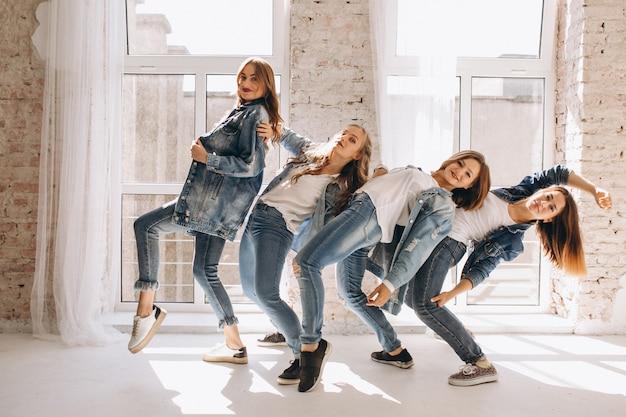 Tänzer-team im studio Kostenlose Fotos