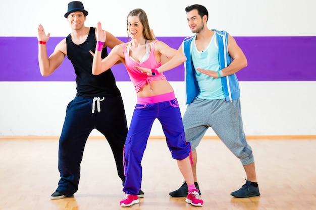 Tänzerin beim zumba fitnesstraining im tanzstudio Premium Fotos