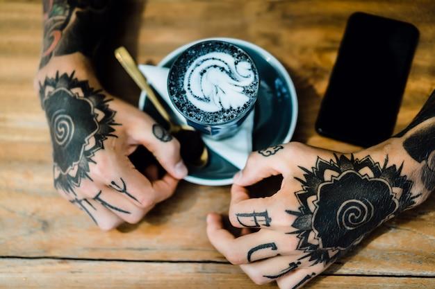 Tätowierte Hände