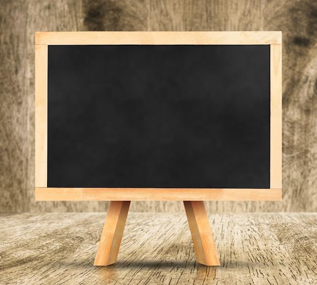 Tafel mit staffelei im studio-raum, vorlage für ihren inhalt. Premium Fotos