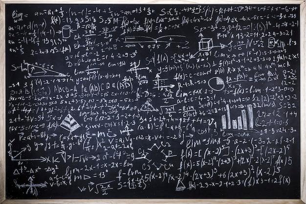 Tafel mit wissenschaftlichen formeln und berechnungen in physik und mathematik beschriftet Premium Fotos