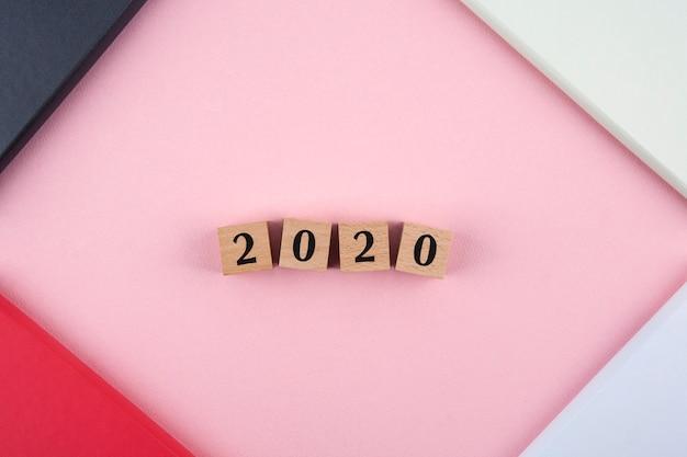 Tagebuch des neuen jahres 2020 auf rosa hintergrund Premium Fotos