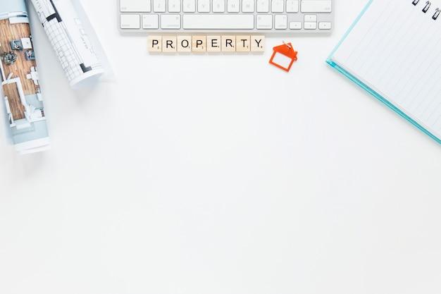 Tagebuch und tastatur mit lichtpause auf weißem hintergrund Kostenlose Fotos