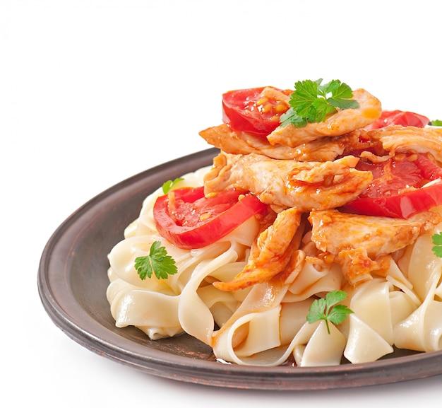 Tagliatelle pasta mit tomaten und hähnchen Kostenlose Fotos