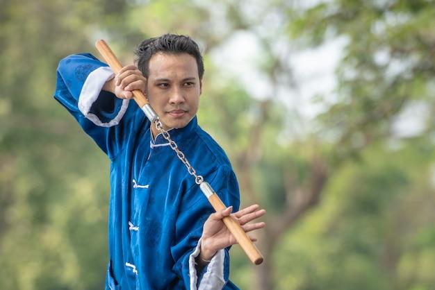Tai chi chuan master übergibt haltungstraining im park, chinesisches kampfkunsttraining. Premium Fotos