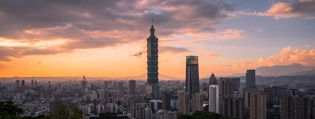 Taipei stadtbildansicht vom elefantenberg xiangshan mit sonnenuntergang twilight hintergrund Premium Fotos