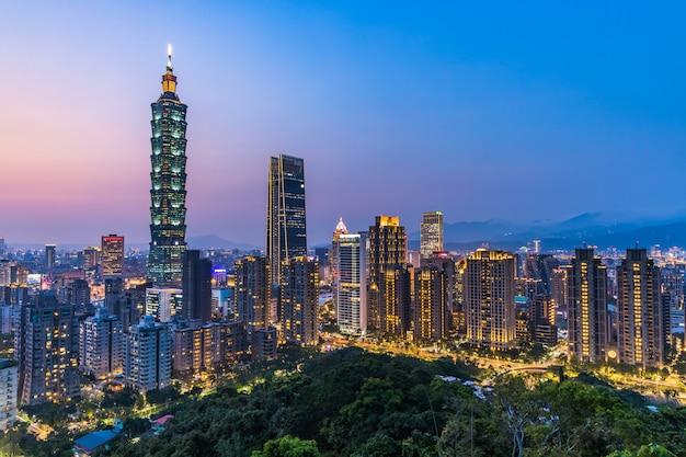Taiwan-stadtskyline in der dämmerung Premium Fotos