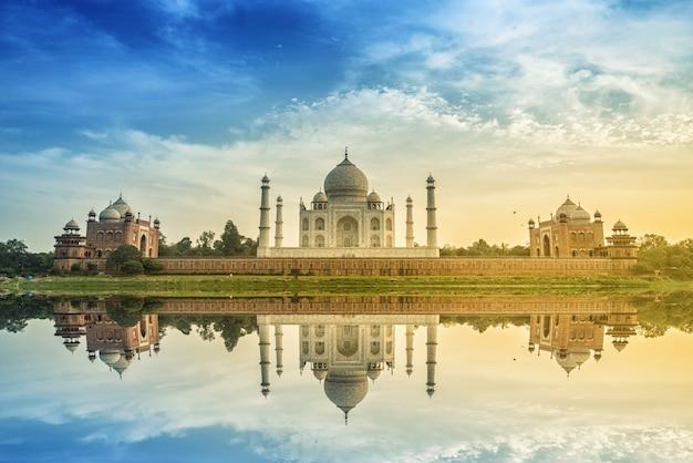 Taj mahal scenic die morgenansicht des taj mahal monuments. eine unesco-welterbestätte in agra, indien. Premium Fotos
