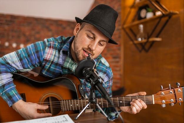 Talentierter musiker mit mittlerer einstellung Kostenlose Fotos
